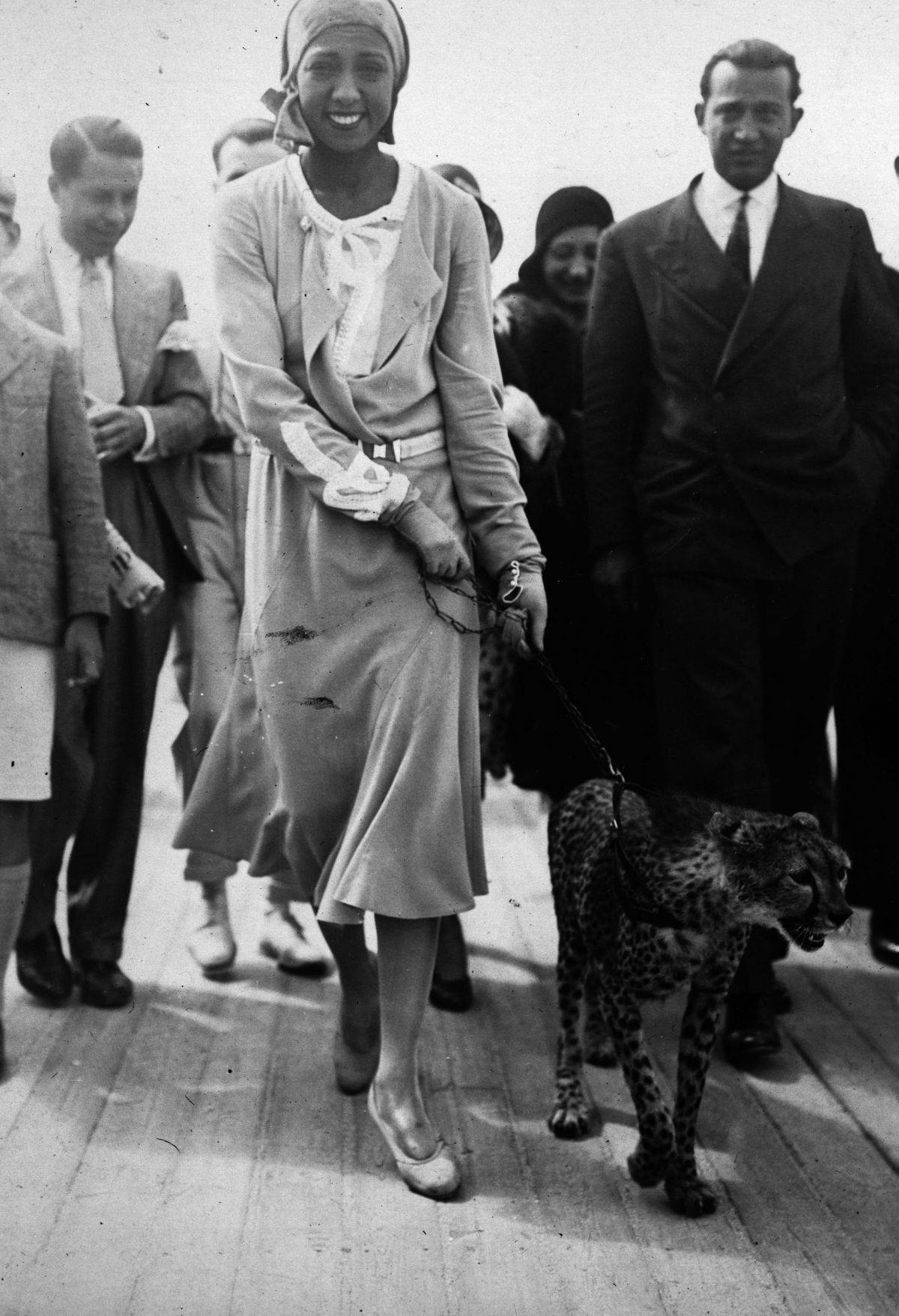 https://lisawallerrogers.files.wordpress.com/2014/07/josephine-baker-with-cheetah.jpg